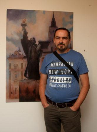 """Umetnik Darko Topalski u """"Muzeju Savremene Umetnosti"""", Novi Sad, Srbija, pored svoje slike """"Sloboda na Trgu Slobode"""""""