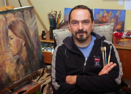 Akademski likovni umetnik Darko Topalski u ateljeu u Beceju